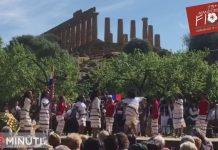 73mandorlo in Fiore, ballano ai piedi del Tempio di Giunone.