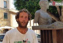 E mentre ascoltiamo Di Rosa, arriva Lapo, fiorentino, 30 anni, ex imprenditore, da due mesi in giro per l'Italia in bicicletta. Viaggia per passione, dorme in spiaggia o nei boschi, tornerà il 15 luglio.