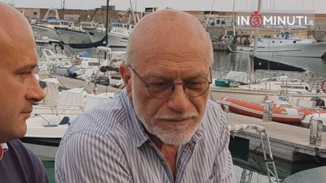 Vittorio Alessandro è nato nel 1954 a Porto Empedocle e vive tra Roma, Porto Empedocle ed Agrigento. Laureato in Giurisprudenza, ha comandato i Porti di Sant'Antioco, Portoferraio e la Spezia.