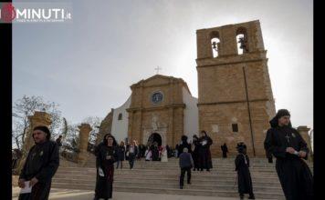 Il Cristo Redentore dopo tanti anni esce dalla porta centrale della Cattedrale